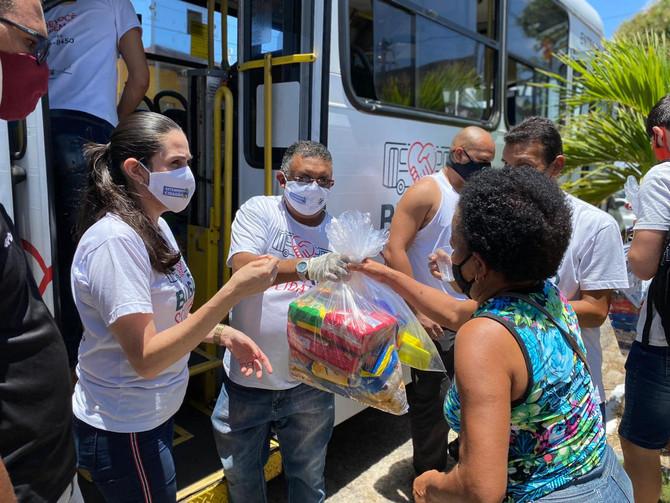 Busão Solidário do Seturn/NatalCard faz doação de 200 quilos de alimentos para comunidade na Zona No