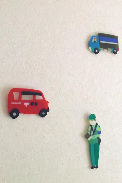 働く人と車
