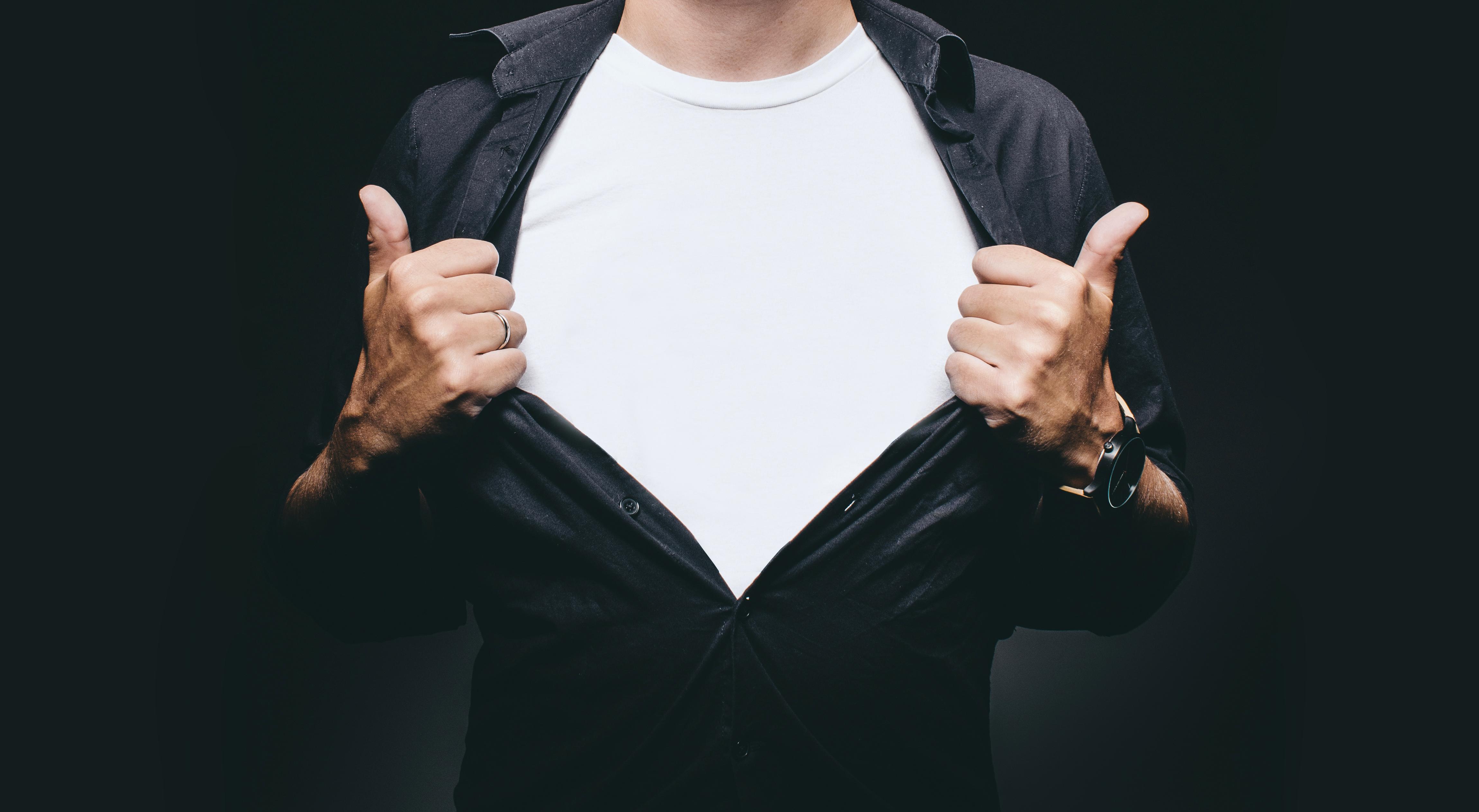 シャツの男