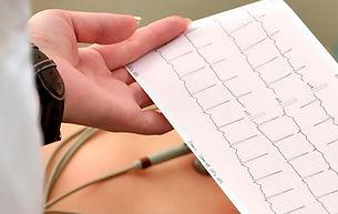Como-Se-Hace-Un-Electrocardiograma-ECG.j