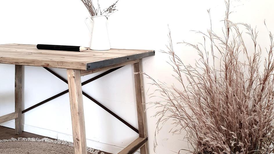 שילוב ברזל בשולחן עץ