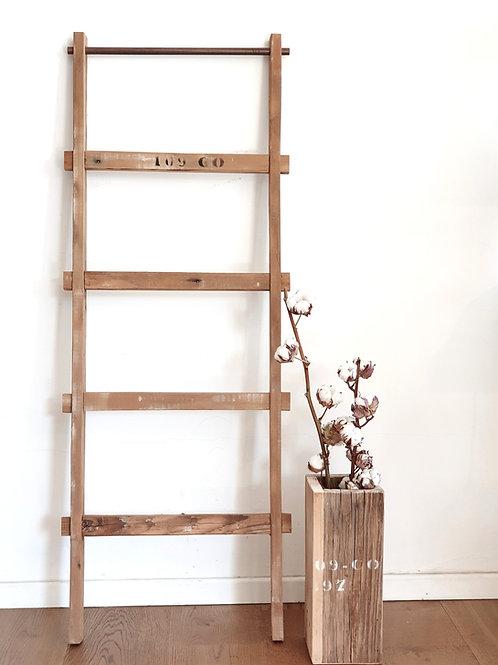 סולם עץ ומוט ברזל