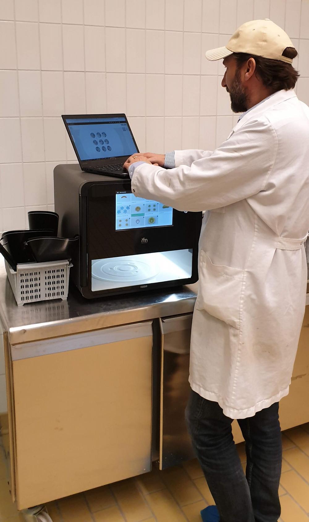 Produktutvikler Gunnar Salomonsen i aksjon med mat 3D-printer, Foto: Kim Marius Moe, TINE