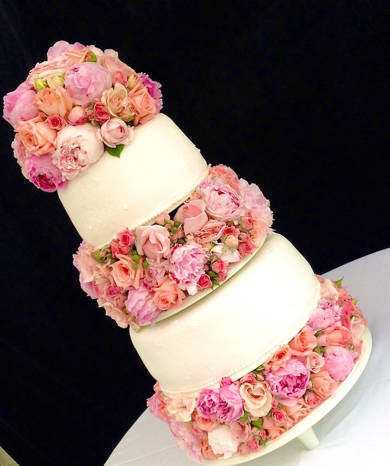 Torta de bodas con rosas reales en pisos