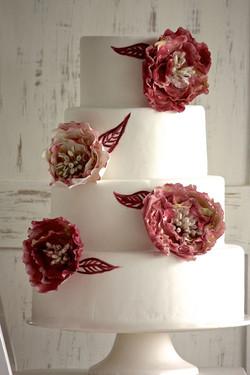 Torta de bodas con flores y pintada a mano