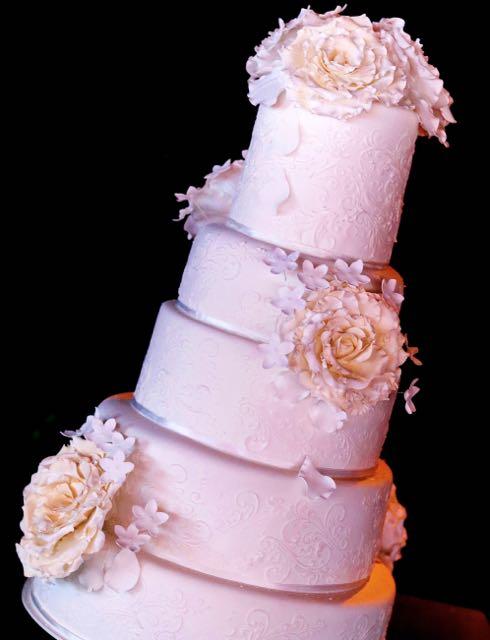 Torta de casamiento con rosas y aplique