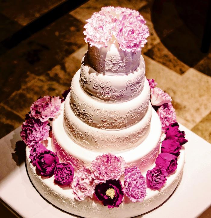 Torta de bodas con peonias intensas