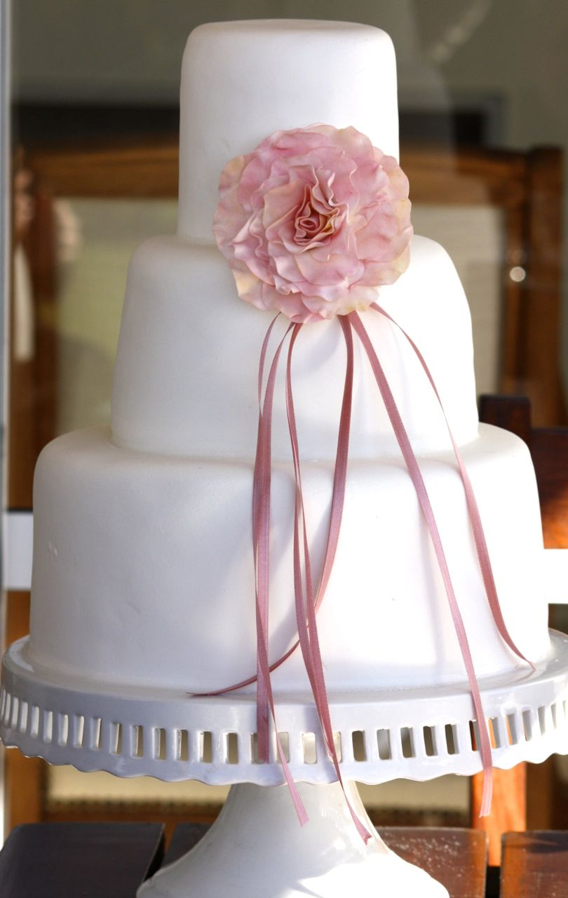 Torta de casamiento con rosa unica