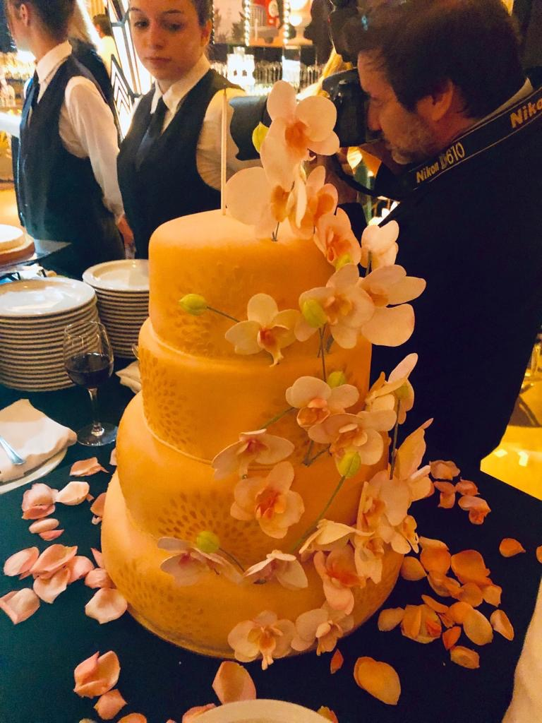 Torta de bodas con casacada de orquideas hechas a mano