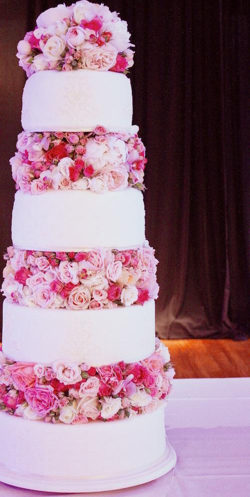 Torta de bodas con rosas reales