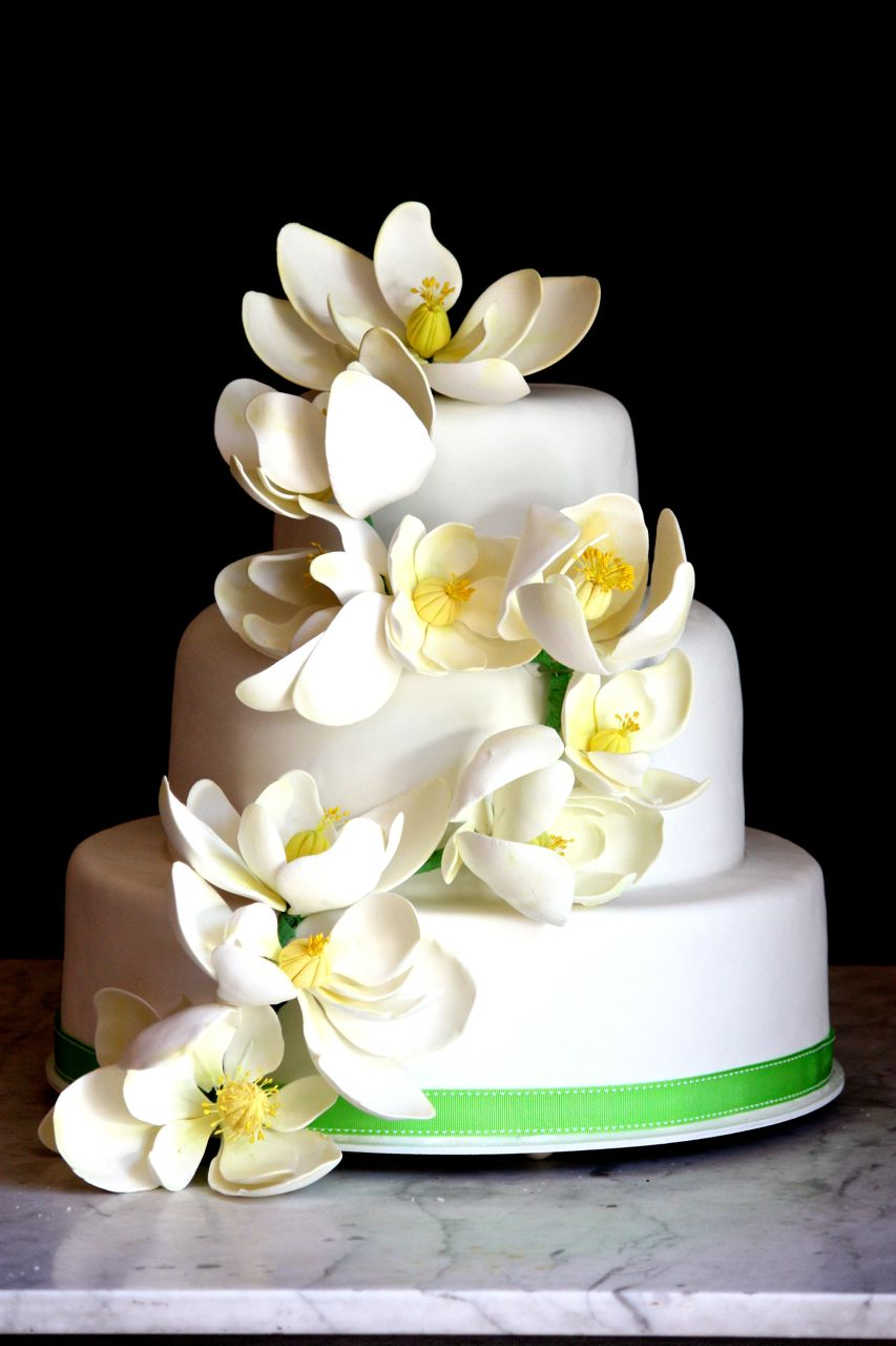 Torta de bodas con magnolias en cascada
