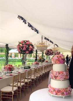 Torta de casamiento con rosas en pisos 2
