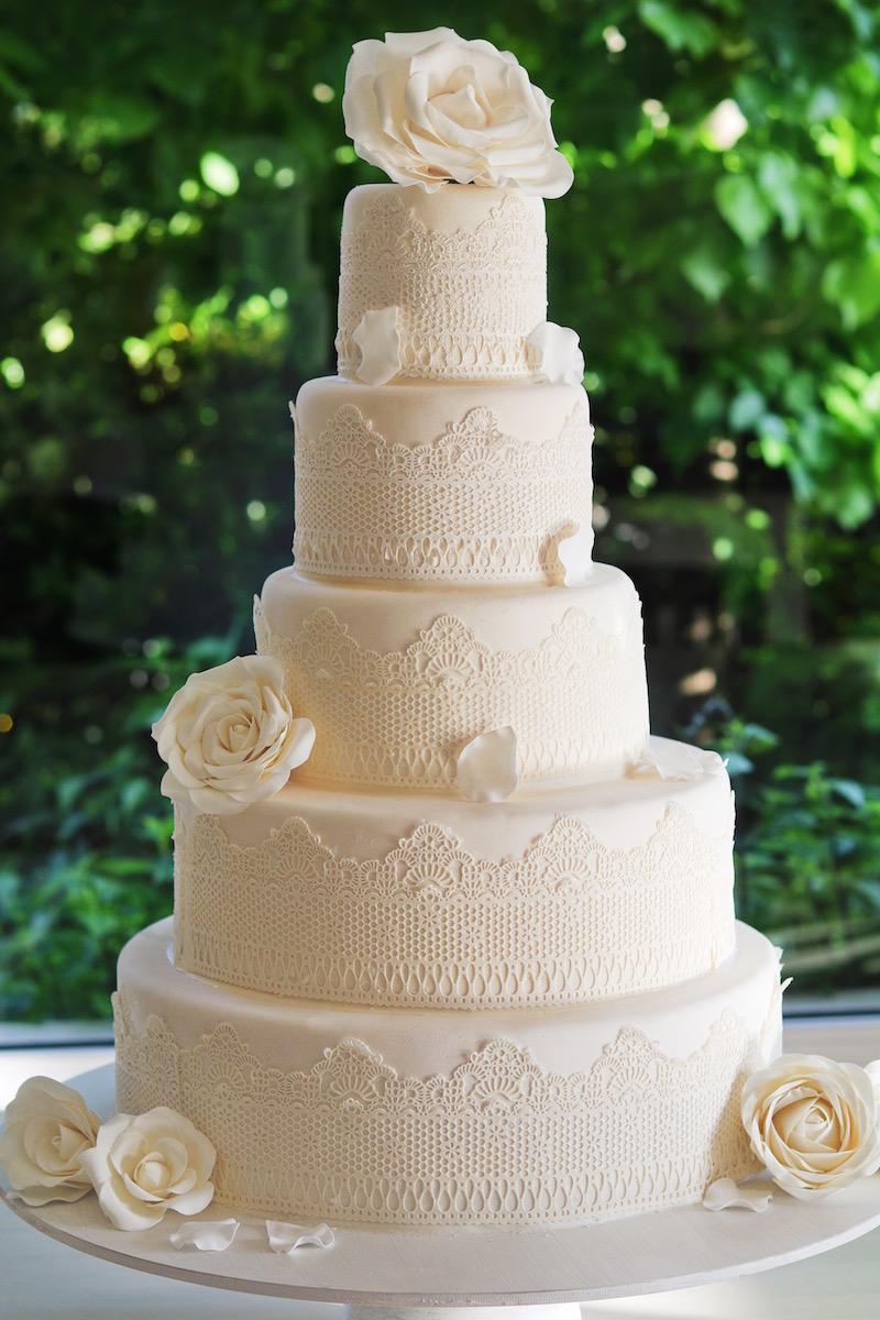 Torta de Bodas con encaje y rosas