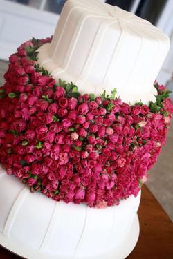 Torta de casamiento con mini rosas