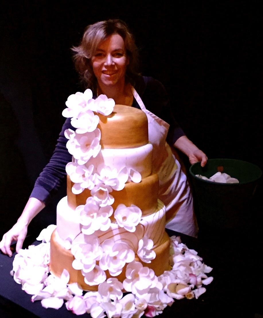 Torta de casamiento con dorado y flores