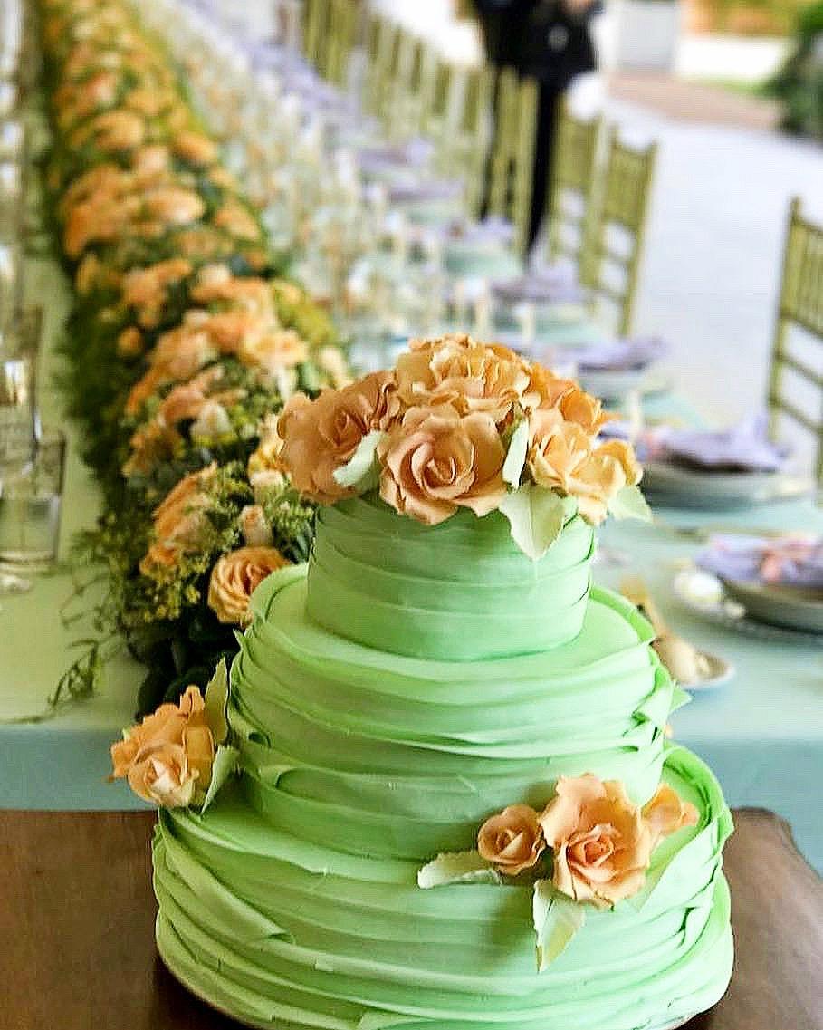 Torta de cumpleaños con volados y rosas durazno