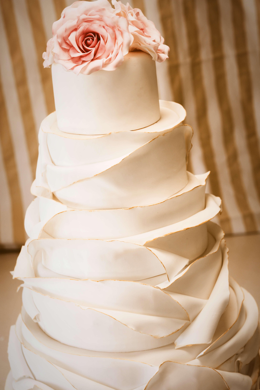 Torta de bodas con volados, oro y rosas