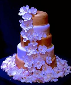 Tortas de boda dorada con flores de pasta