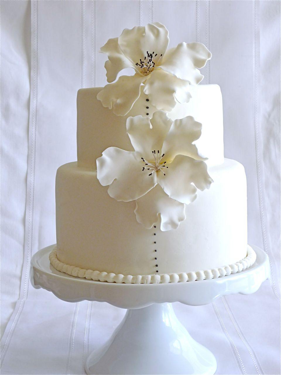 Torta de bodas con anemonas
