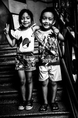 Enfants dans l'escalier.jpg