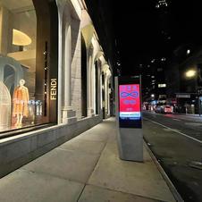 """New York, du 5 au 9 mai 2021.  Il y avait aussi une autre œuvre """"Infini"""" a défilé nuit et jour sur un immense panneau publicitaire de 150 m2 à Time Square et sur 100 panneaux publicitaires digitaux répartis dans tout Manhattan"""