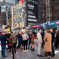 La Belgique Cube Art Fair présente 100 œuvres d'art créées pendant le confinement sur plus de 100 panneaux publicitaires à New York ! Hier, Gregoire Vogelsang belge et son équipe de Cube Art Fair ont lancé un aperçu sur Times Square à New York du plus grand salon d'art public du monde. Suite au succès de ses campagnes #staycreative à Bruxelles et Miami, l'exposition se déroulera à New York du 5 au 9. mai. Les artistes présents sur les kiosques de New York, les kiosques à journaux, les arrêts de bus et les panneaux publicitaires partout dans la ville comprennent 10 Belges : Jonas Leriche, Griet Van Malderen, Christophe de Fierlant, Charles Molina, Josiane Debatisse, Tigi Van Gil, Olivia de Posson, Eric Ceccarini, Adeline Jadot et Didier de Radigues.