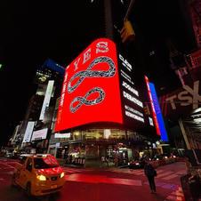 """New York, du 5 au 9 mai 2021.  Il y avait aussi une autre œuvre """"Infini"""" qui a défilé nuit et jour sur un immense panneau publicitaire de 150 m2 à Time Square et sur 100 panneaux publicitaires digitaux répartis dans tout Manhattan"""