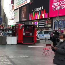"""New York, du 5 au 9 mai 2021, une de mes oeuvres """"YES YOU CAN"""" défilera nuit et jour sur un immense panneau publicitaire de 150 m2 à Time Square."""