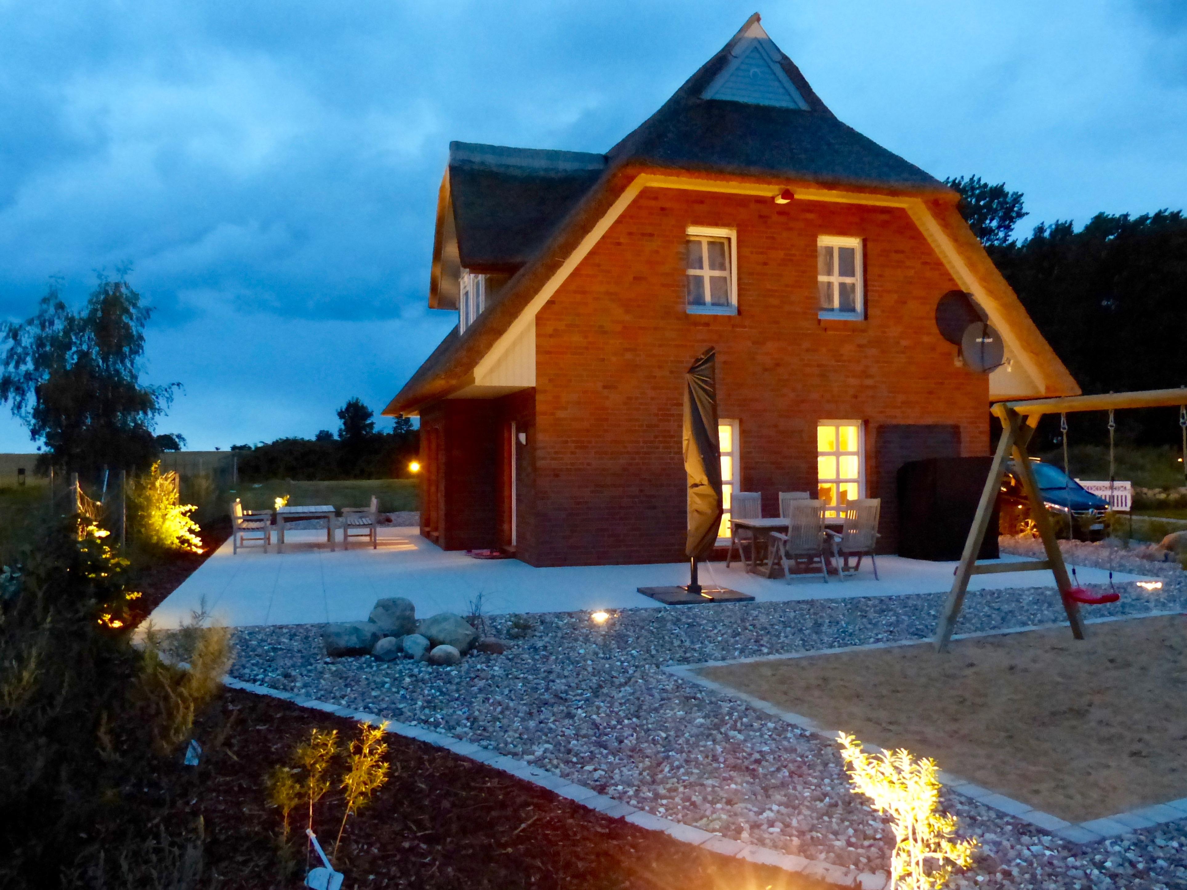 Gebäude mit Beleuchtung am Abend