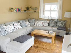 Großes Sofa mit Leselampe