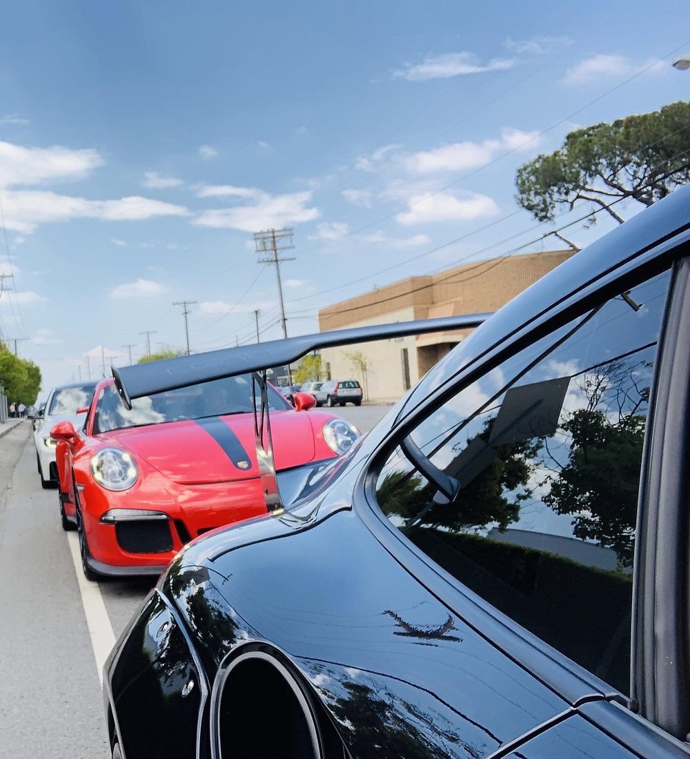 Red Porshe GT3 with Black Porshe 997 Carrera