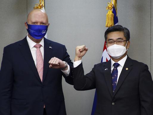La Red se llena de burlas tras el confuso saludo con el codo del ministro de Defensa australiano