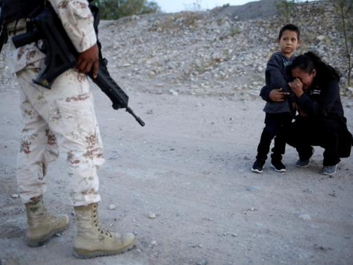 La imagen de la crisis migratoria en México: una madre, una súplica y la inocencia de un niño