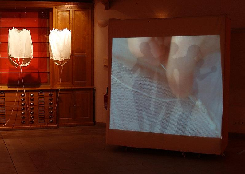 GRÂCE DE TROIE 2011  -Tissu Coton - tarlatane -toile à beurre- bois - système à roulettes-plastiques – aluminium - vidéo- 2mx 1m85x o,75  vidéo: A Cor