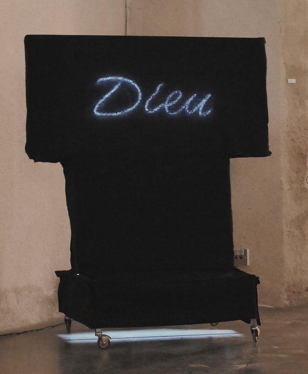 L'Habit 2017 :Néon Dieu- fer -cables -coton - roulettes- 78cmx35cmx70cm
