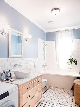 Luxus Badezimmer mit freistehendem Waschbecken