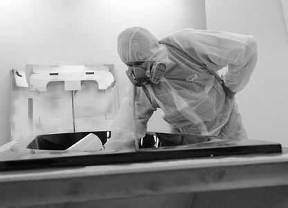 Mitarbeiter bei Herstellung eines Produktes |