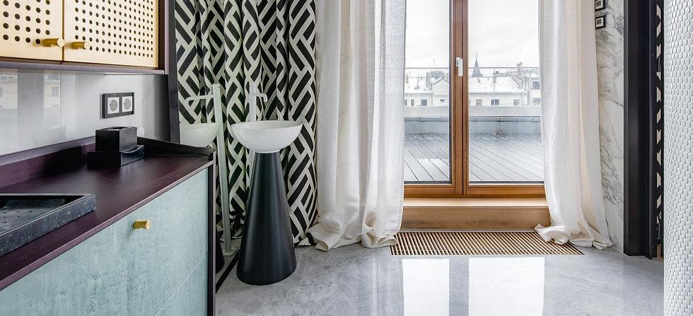 Aufsatzwaschbecken mit Fensterblick auf Terasse