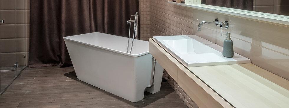 Freistehende.Badewanne & Luxus Waschbecken in weis