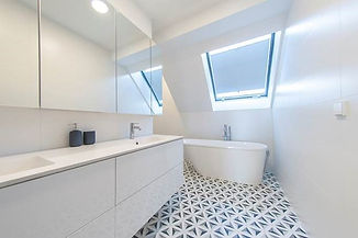 Bartolini Badewanne in großem Badezimmer