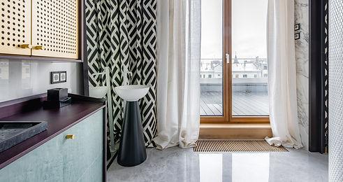Badezimmer mit Fensterblick auf Terasse