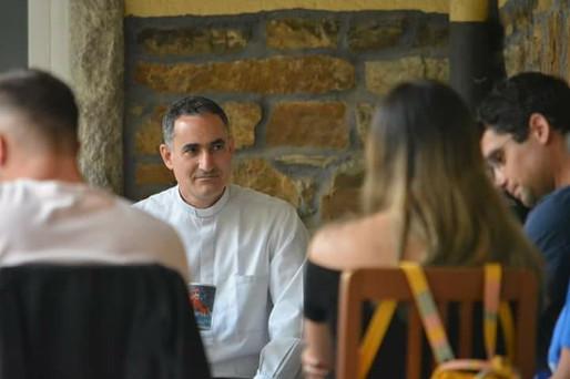 Padre en reunión con los jóvenes