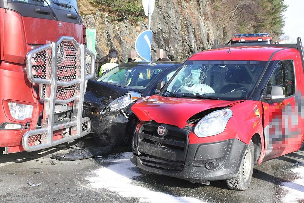 Trafikkulykke med semitrailer, varebil og el-bil. http://www.midtsiden.no/trafikkulukke-i-lepsoykrysset