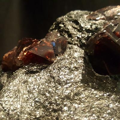 3,1 kg Zircon on Biotite