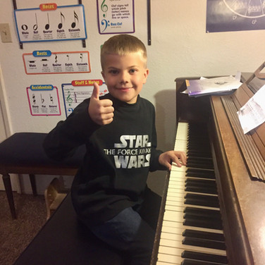 8 y.o. beginner learns 1st Christmas song