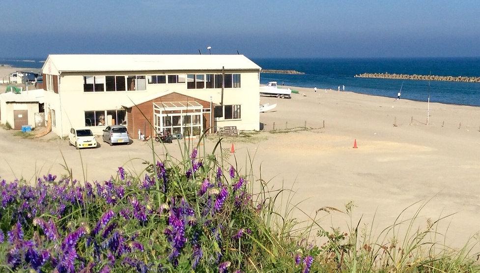 砂浜に建つ海カフェ
