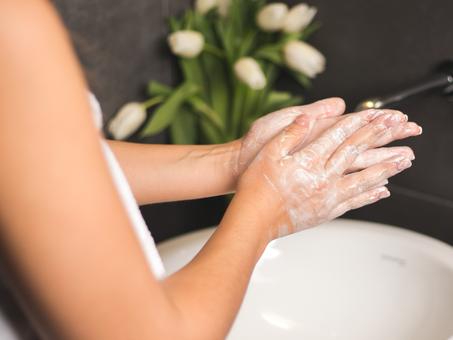 Lave e desinfecte as mãos todos os dias. Proteja-se a si e à sua família.
