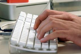 En utilisant un clavier d'ordinateur