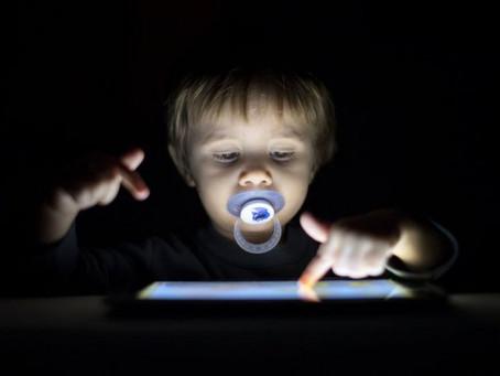 A fábrica de cretino digital um alerta para o perigo das telas.