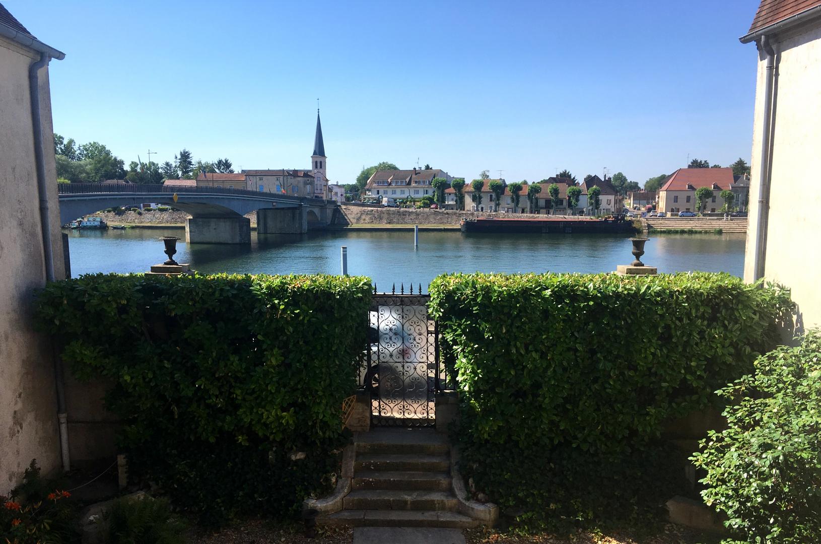 Vue sur le pont qui nous relie au village de Losne en Bourgogne avec la Saône. Photo prise depuis la maison.